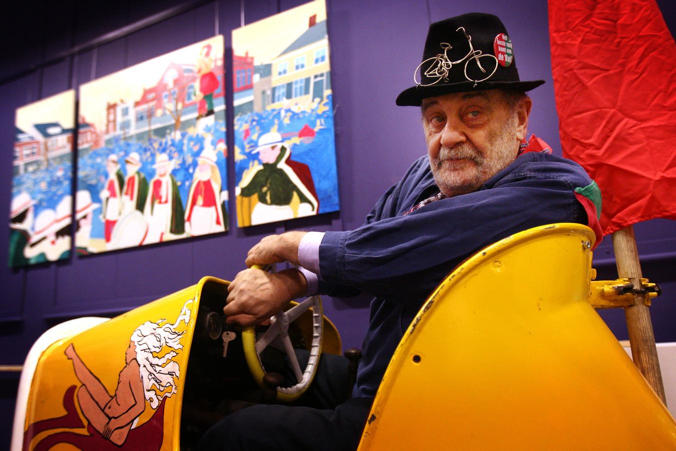 Piet Hohmann in 2012 in het Speelgoedmuseum in zijn opgeknapte botsauto waarmee hij in de carnavalsoptocht mee deed.