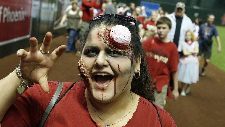 Deze baseballfan van de Arizona Diamondbacks gaat als zombie naar de wedstrijd.
