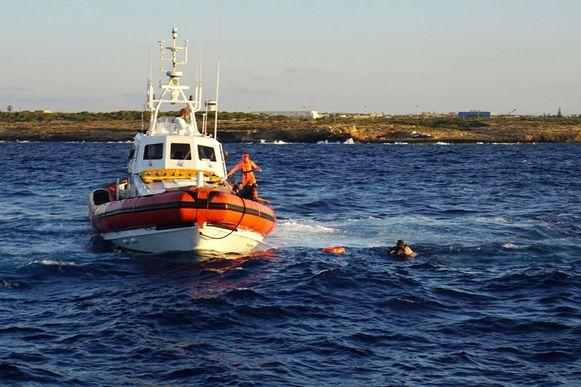 Een man die van boord sprong wordt opgepikt door de Italiaanse kustwacht.
