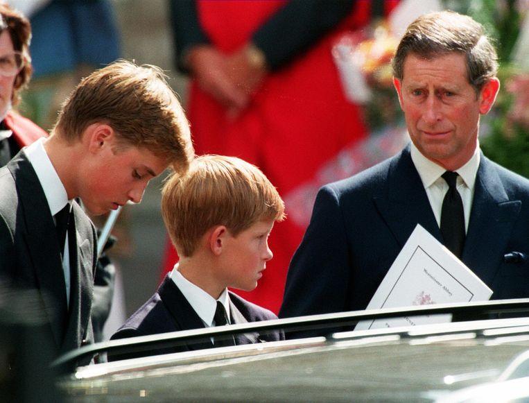 De begrafenis van prinses Diana op 6 september 1997: kroonprins William (15) en zijn broer Harry (12) met hun vader Charles.