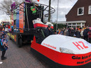 Een ritje in een echte achtbaan op de carnavalswagen van HZ uit Eerde. Topvermaak.