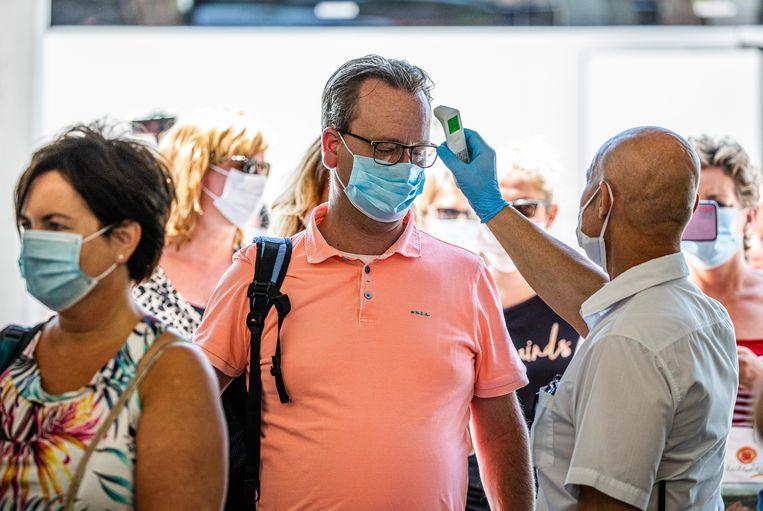 Nederlandse vakantiegangers worden getest op corona, op het vliegveld in Bulgarije. Beeld ANP