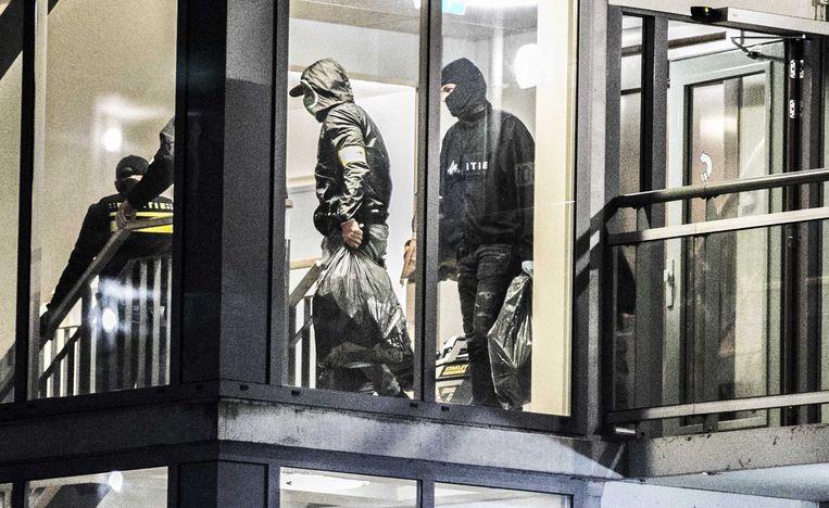 Politieagenten zijn een woning binnengevallen in Vianen. De inval heeft mogelijk te maken met onderzoek naar Ridouan T., die lange tijd in de stad woonde. Beeld ANP