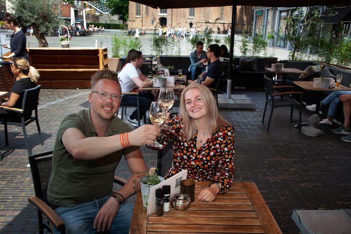 Martijn Gerits en Jacinta van Ettinger van Bij Petrus toosten op de heropening van het terras op het Woerdense Kerkplein.