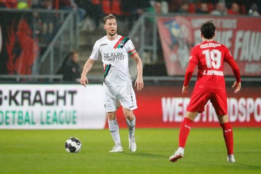 NEC-verdediger Rens van Eijden (links) in actie tegen FC Twente.