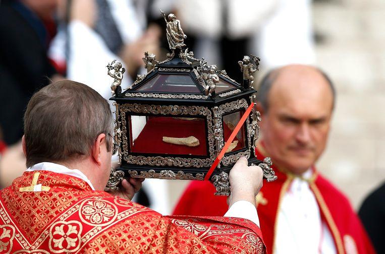 Een reliek dat stoffelijk overschot van de heilige Devota zou bevatten, begin dit jaar in Monaco. Beeld EPA