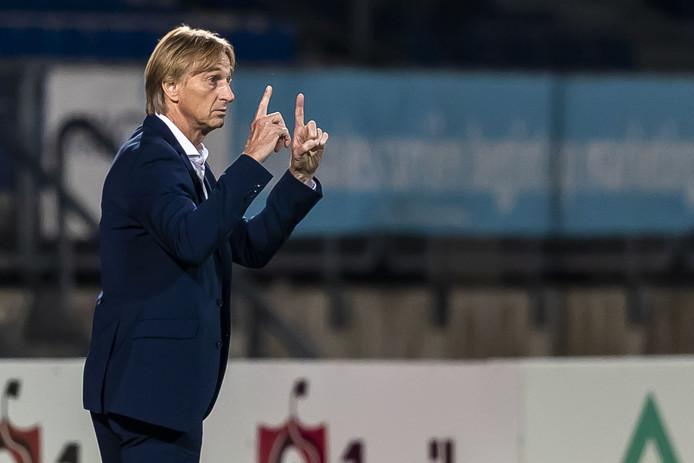 Adrie Koster tijdens Willem II - Excelsior, waarin hij zijn ploeg bij 0-2 achterin 1 op 1 liet spelen. Het duel eindigde in 2-2.