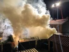Ramen ingegooid bij grote brand in schuren in Dieren