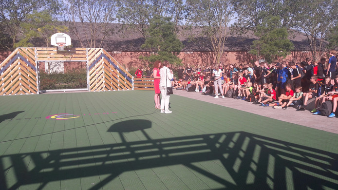Feest op het Zwijsen College in Veghel: het nieuwe schoolplein is officieel geopend.