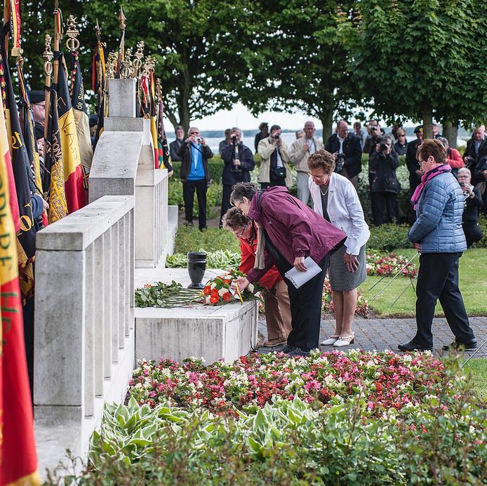 Twee nichten van de bij de ramp omgekomen Belgische militair René Jacques leggen bloemen neer bij het monument tijdens de zeventigste herdenking van de ramp.