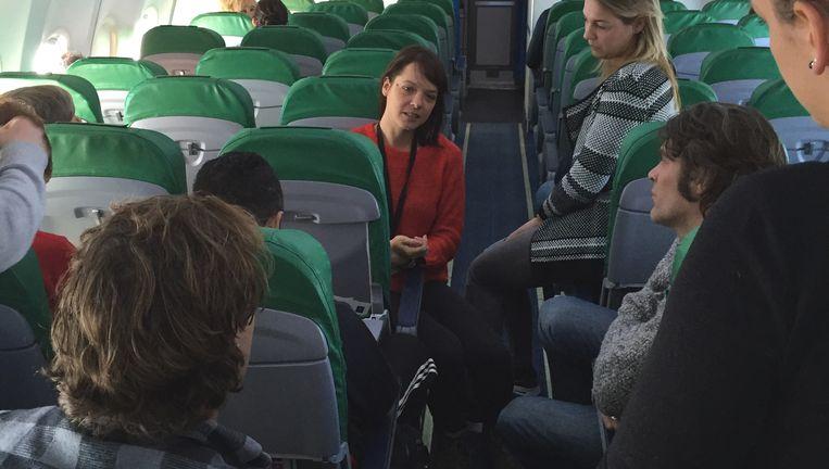 Laura Jansen (rode trui) brieft Linda-lezeressen over Lesbos. Beeld