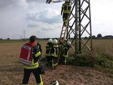 Brandweer haalt persoon uit stroommast in Bedburg-Hau