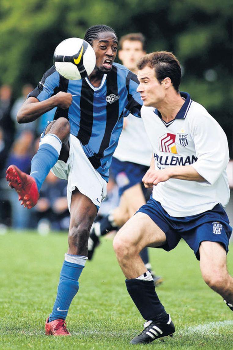 DWS-spits Lionel Grootfaam (links) overtroeft Roy Verkaik: 'Een club als DWS hoort niet in de tweede klasse.' Foto Marcel Israel Beeld