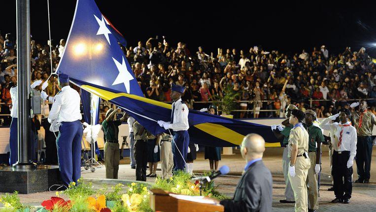 Het hijsen van de vlag van Curacao tijdens de ceremonie rondom de opheffing van de Nederlandse Antillen vorig jaar oktober. Beeld ANP XTRA