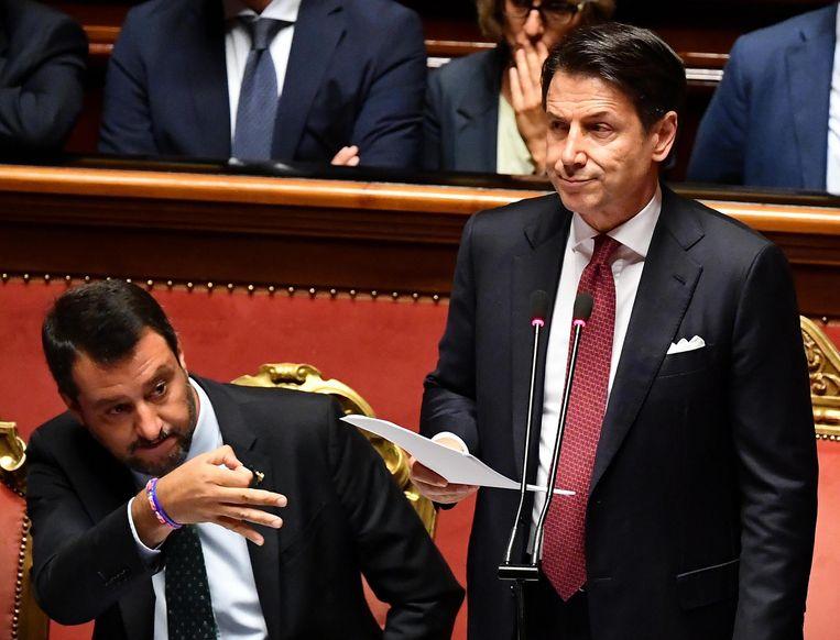 Giuseppe Conte (r.) kondigde gisteren het ontslag van zijn regering aan en gaf vicepremier Matteo Salvini (l.) de schuld.