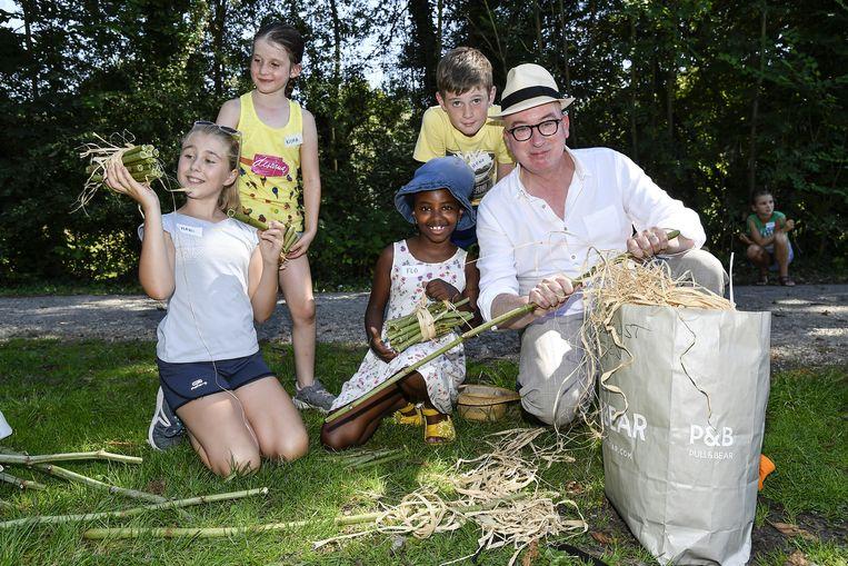 Burgemeester Piet Buysse maakt de kinderen wegwijs in het Kalendijkgebied.
