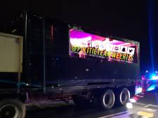 Politie haalt oplegger met drinkende jongeren en harde muziek van de weg in Zundert