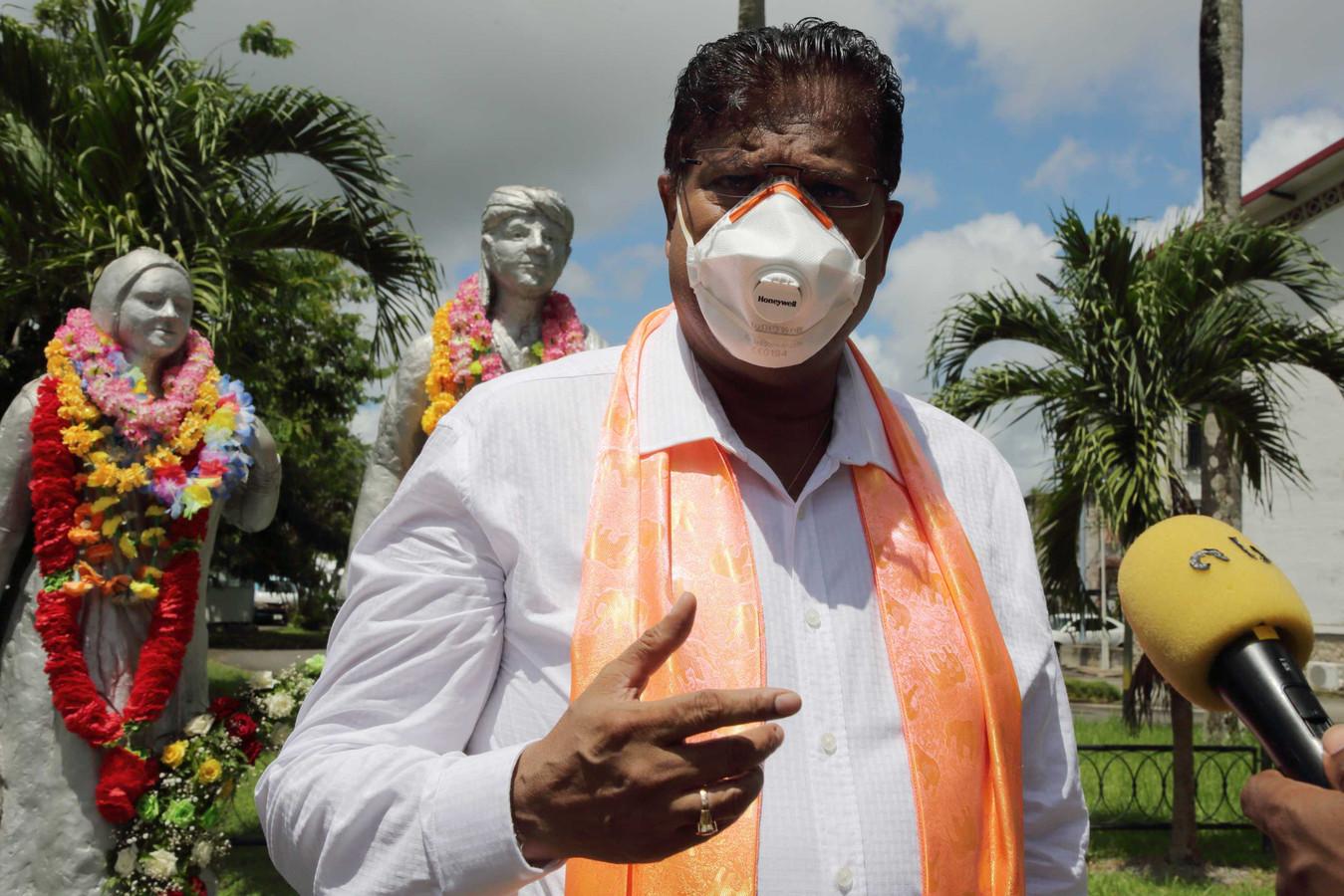 Chan Santokhi (VHP) spreekt de pers toe tijdens een bloemenhulde bij het Monument van Baba en Mai ter herdenking van 147 jaar Hindoestaanse Immigratie.