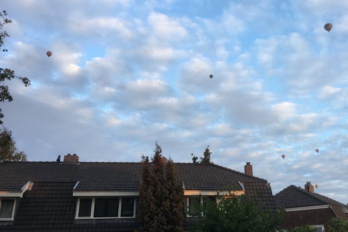 Ballonnen van Het Ballonfestival in Grave waren in de wijde omgeving te zien, zoals boven Nijmegen.