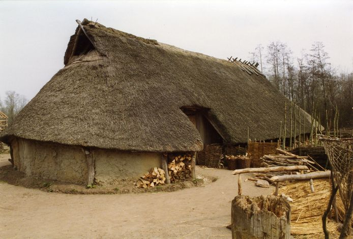 Deze replica van een boerderij uit de ijzertijd is in Eindhoven gebouwd op basis van een plattegrond die in Ussen in het zand werd aangetroffen.