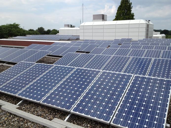 Platte daken op bedrijfsgebouwen, zoals hier op het streekziekenhuis, zijn geschikt voor de plaatsing van zonnepanelen.