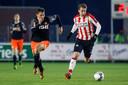 Dani van der Moot (r) voor Jong PSV in actie tegen Volendam.
