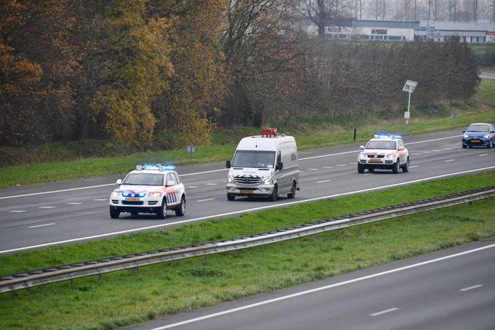 De spullen uit het drugslab werden onder begeleiding van twee politiewagens afgevoerd.