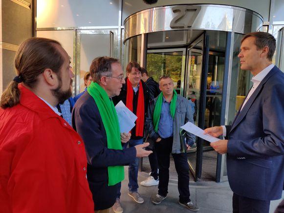 Vakbonden overhandigen brief bij Proximus.