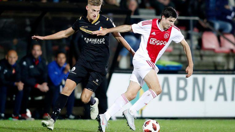 Jurgen Ekkelenkamp in duel met Jordie van der Laan van Telstar. Beeld Pro Shots