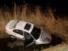 Automobilist onder invloed van drank en drugs raakt van de weg, ramt hek en belandt in de sloot bij Velddriel