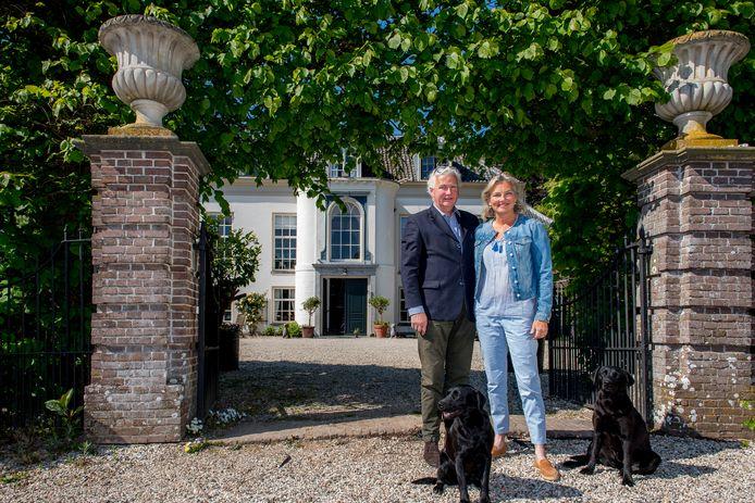 Frans baron en Nathalie barones Van Verschuer op hun landgoed Marienwaerdt.