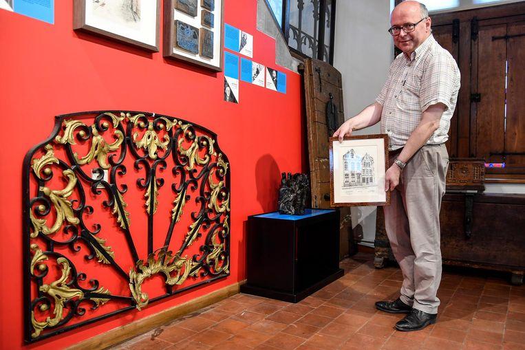 Piet Van Hoyweghen bij de grille die ooit de voorgevel van zijn huis sierde.