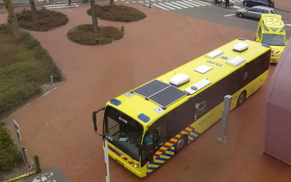 De ambulancebus van de noordelijke provincies kwam begin dit jaar al in actie. Hier arriveert hij bij het UMCG in Groningen. Dit is een omgebouwde lijndienst uit het openbaar vervoer.