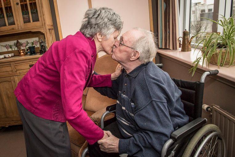 Mariette Vanbrabandt en Noël Pittelioen zien elkaar na drie jaar opnieuw. Mariette zit in WZC Ter Berken en Noël zit in een rolstoel, waardoor het moeilijk is om elkaar te zien.