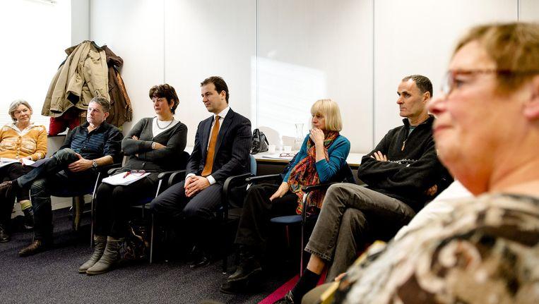 Minister van Sociale Zaken en Werkgelegenheid Lodewijk Asscher (M) coacht werkzoekende 55-plussers, tijdens een training van het UWV in Amsterdam. Beeld null