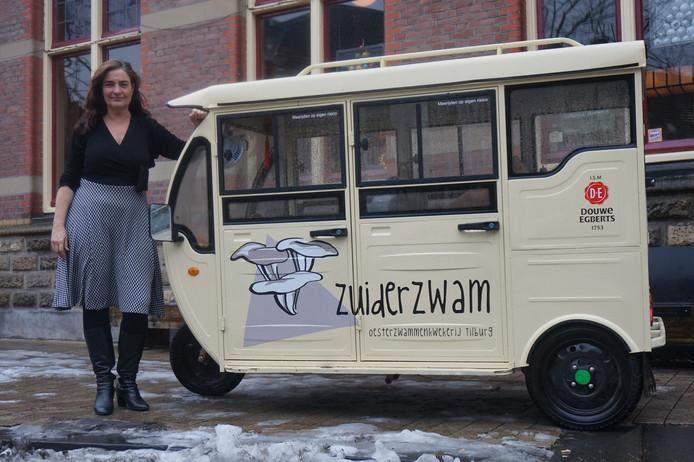 Jaqueline van Eerd en haar tuktuk.
