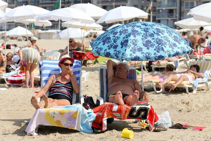 Zonnekloppers op het strand in Blankenberge.