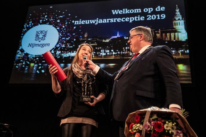 Burgemeester Bruls reikt jaarlijks veel onderscheidingen uit. Maandagavond feliciteerde hij Linda van Aken met haar benoeming tot Nijmegenaar van het Jaar 2018.