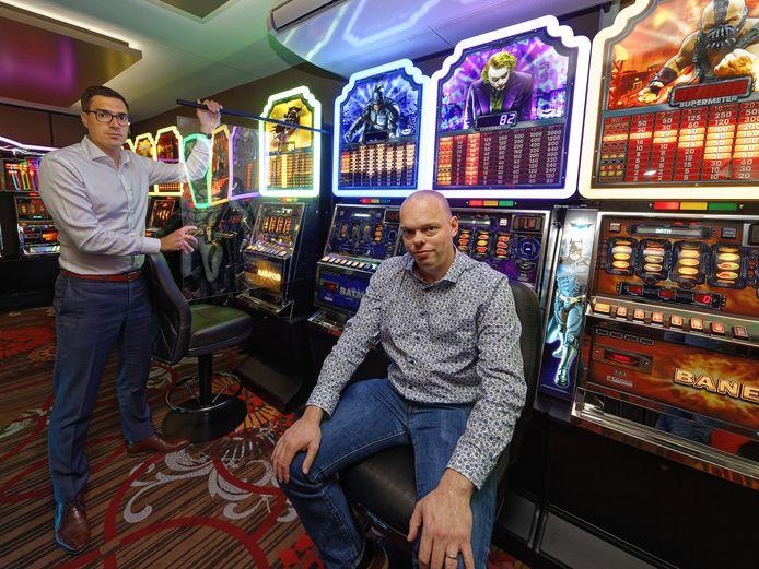 Jurriaan Knol (rechts) van Casino Admiral met een collega. Dit is een proefopstelling in de showroom in het hoofdkantoor in Waalwijk.