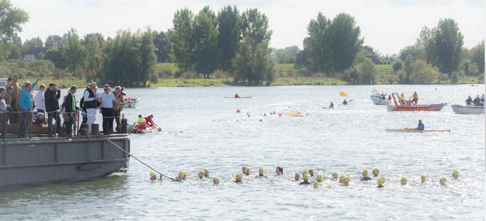 De start van prestatietocht 'Zwem voor KWF' in De Lithse Ham in 2018.