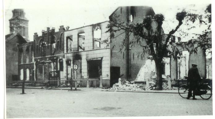 De Markt in Etten-Leur na bombardement mei 1940 : gebombardeerde en uitgebrande huizen aan de oost-zuid kant van de Markt tot aan het Leursestraatje (Stationsstraat).