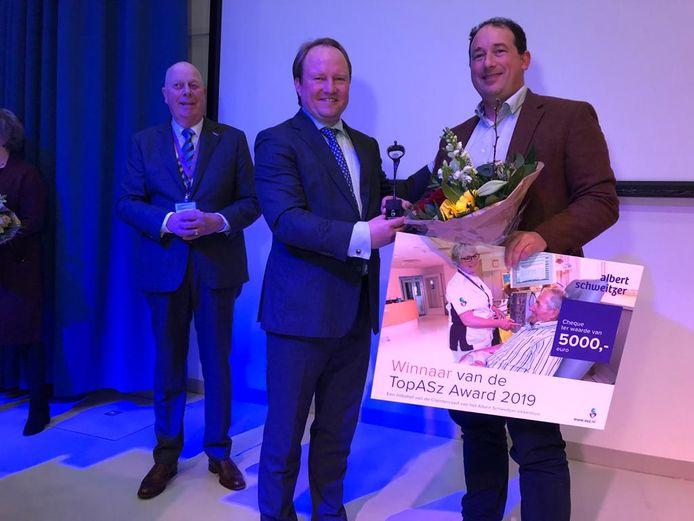 Op de foto staat de winnaar van vorig jaar, internist-hematoloog Peter Westerweel namens het team van interne geneeskunde/hematologie, met naast hem burgemeester Hein van der Loo van Zwijndrecht die toen de jury voorzat.