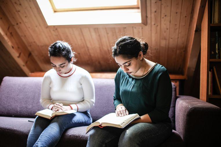 De zussen Hayarpi en Seyran Tamrazyan in de kerk in Katwijk.  Beeld Hollandse Hoogte / Maarten Boersema