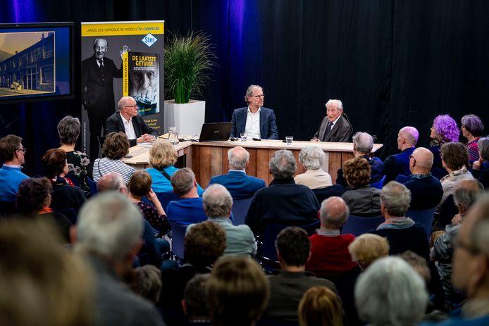 Wim Aloserij (94) met 120 lezers in het Balengebouw bij de presentatie van zijn boek 'De laatste getuige' over zijn ontberingen en gevangenschap in WOII. Van links naar rechts: Dolf Ruesink, Frank Krake en Wim Aloserij