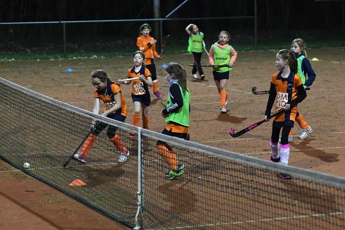 Leden van hockeyclub Baarle trainen (vóór de coronacrisis) noodgedwongen op een van de tennisvelden van TC Baarle.