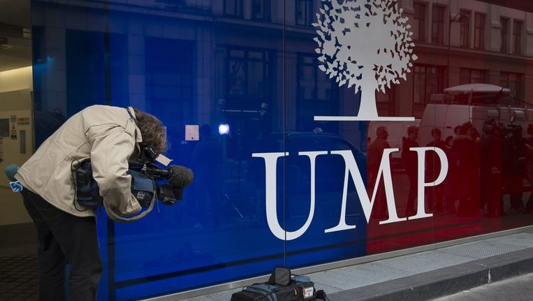 Een cameraman filmt het logo van de UMP-partij bij het hoofdkwartier in Parijs. Beeld epa