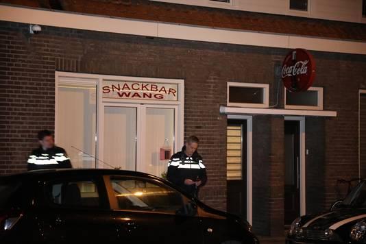 Politie bij snackbar Wang in Waalwijk, waar een gewapende overval werd gepleegd.