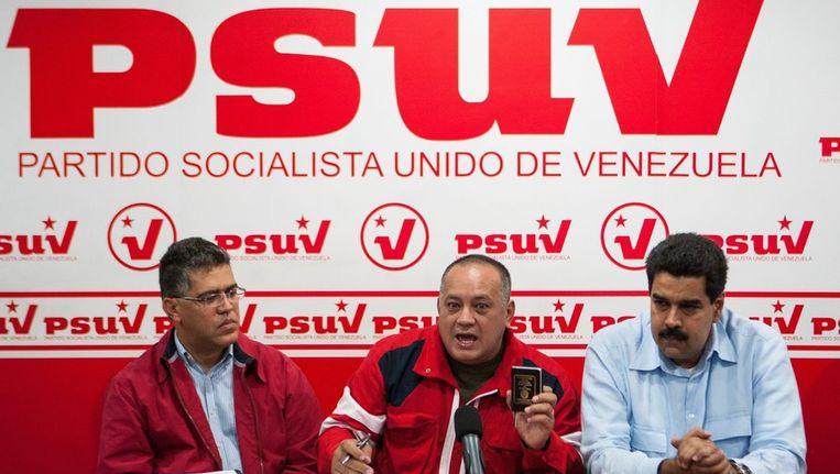 Voormalig Venezolaans vicepresident Elias Jaua (links) naast parlementsvoorzitter Cabello (midden) en huidig vicepresident Nicolas Maduro tijdens een persconferentie in Caracas, afgelopen maandag. Beeld epa