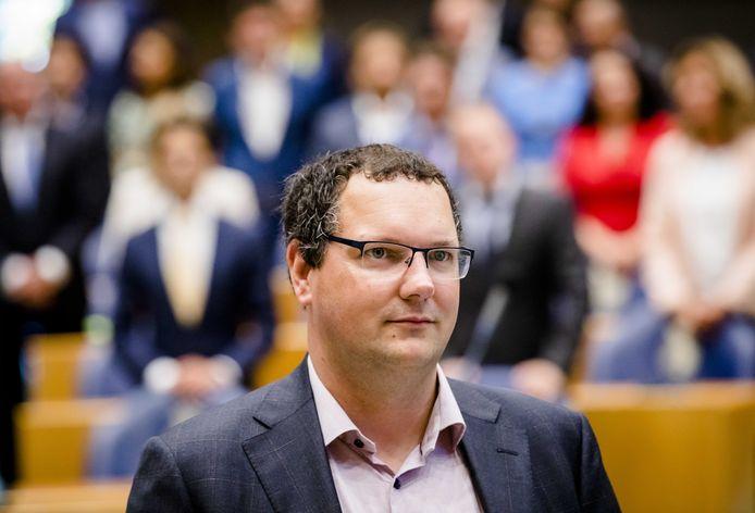 """,,Belastinggeld voor het spoor moet worden besteed aan het vervoeren van reizigers, niet aan veel te dure grondaankopen voor makelaars"""", laat D66-Kamerlid Rutger Schonis weten."""