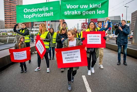 In Rotterdam staken actievoerende leraren de Erasmusbrug over.